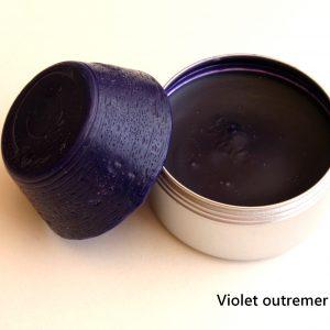 Pain de couleur Violet outremer pour la peinture à l'encaustique. Composition ; cire d'abeille, résine damar, pigment.