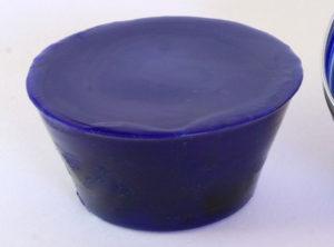 Pain de couleur Bleu outremer pour la peinture à l'encaustique. Composition : cire d'abeille, résine damar, pigment.