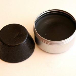 Pain de couleur Noir de vigne pour la peinture à l'encaustique. Composition : cire d'abeille, résine damar, pigment.