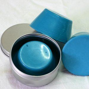 Pain de couleur bleu phtalo turquoise pour la peinture à l'encaustique. Composition ; cire d'abeille, résine damar, pigment.