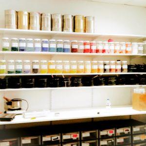 Le laboratoire de fabrication des peintures à l'encaustique