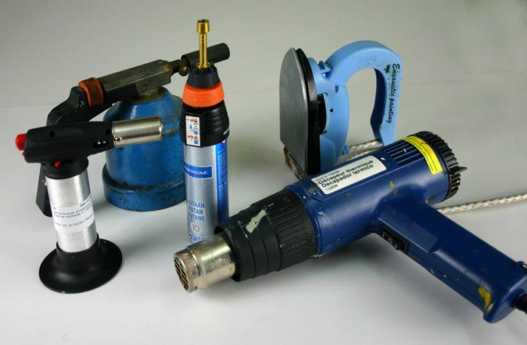 Différents outils pour la fusion de la cire : chalumeaux, lampes à souder, fers à encaustique