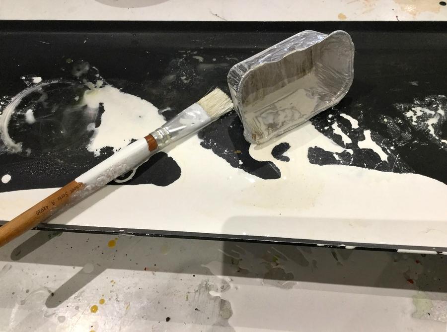 Un pot de peinture renversé